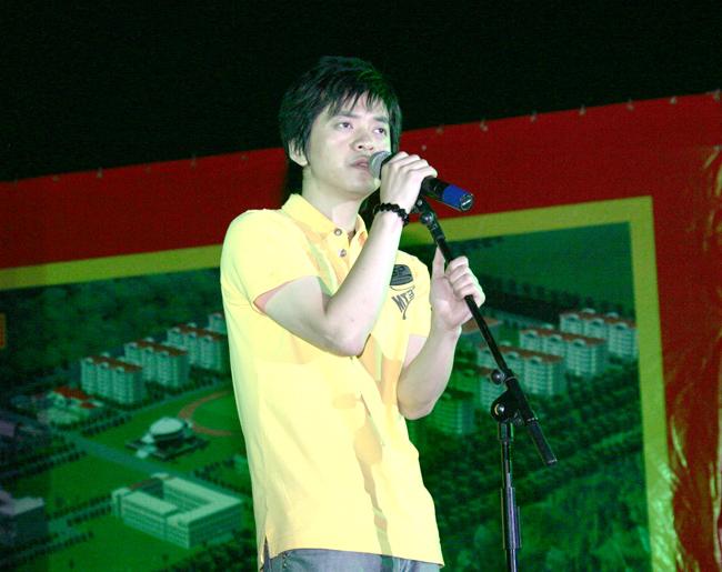 清新 李健/歌坛诗人李健用他绝不媚俗的歌声为世杰学院的同学们带来了一场...